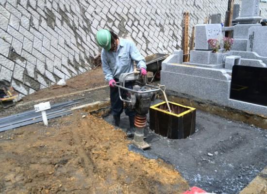 お墓の基礎工事 基礎砕石 ランマ