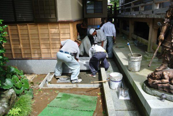 大判のビシャン叩きの茨城県産稲田石の張り石