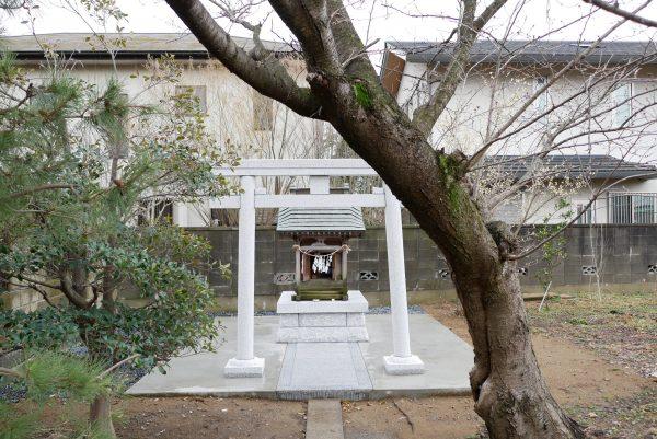 稲田石製の八幡型鳥居と稲荷宮の台石